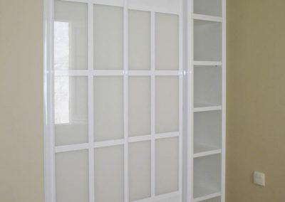 Frente de cristal y estantería laminado blanco