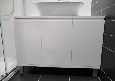 Mueble de baño tres puertas lacadas en blanco