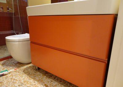 Mueble de baño color naranja con dos gavetas