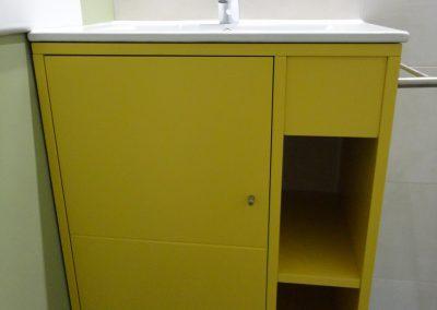 Mueble de baño sencillo lacado en amarillo