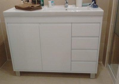 Mueble de baño lacado en blanco con cajones y puertas